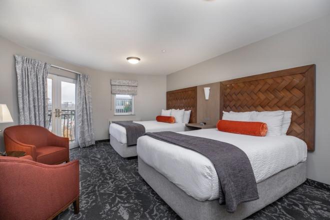 Mediterrantean Inn Seattle Two Queen Beds Room